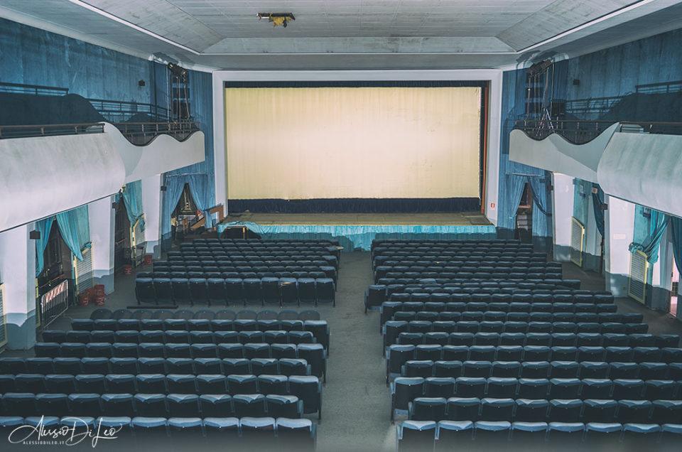 Un vecchio cinema abbandonato da decenni